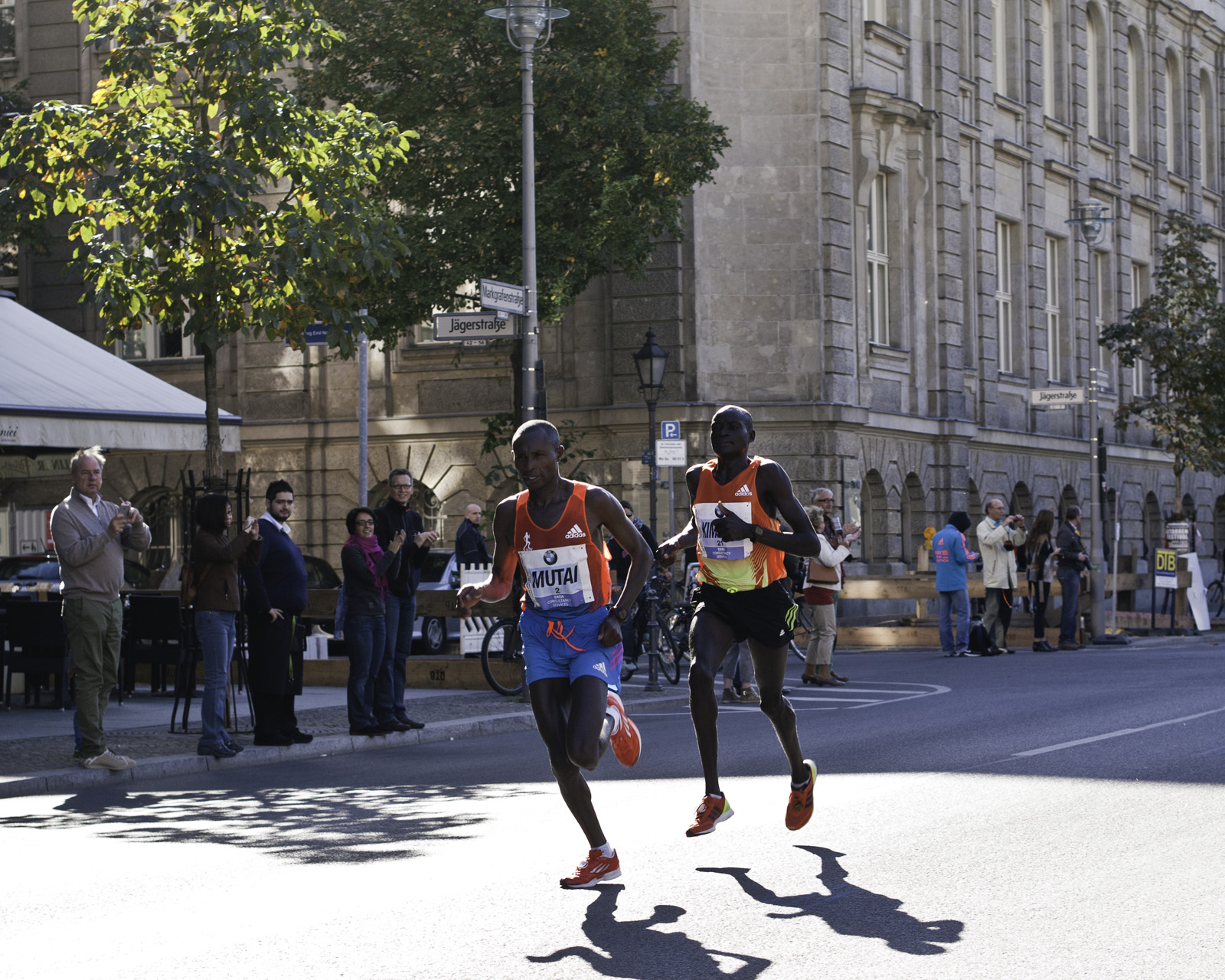 Mutai & Kimetto - Berlin Marathon - Gendarmenmarkt, zwischen 1:58 und 1:59